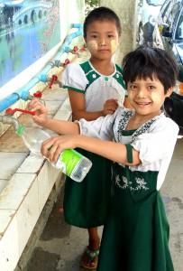 Die Zapfstelle der Wasserreinigungsanlage im Kloster Aung Zayar Minh