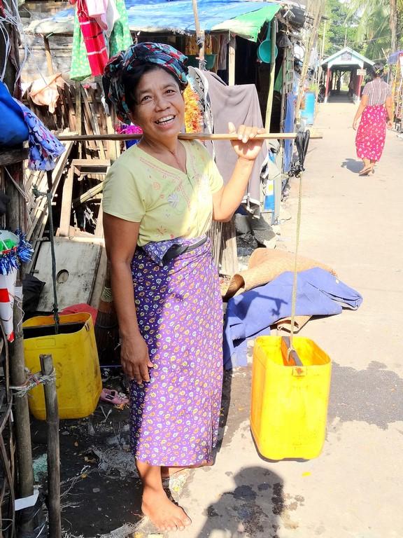9 En route pour aller chercher de l'eau potable fournie par PASDB (à Yae Oakan)
