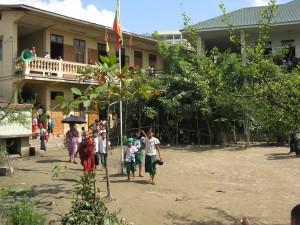 Schulgebäude und Hof